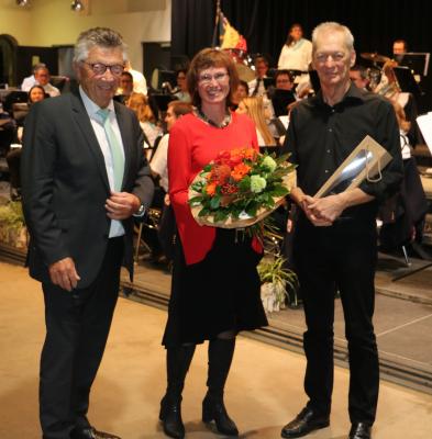 den Dirigent vum VIVACE, den Ulric Evrard an d´Conférencière Monika Evrard hun e Cadeau krit