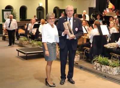 den Dirigent vun Athus, de Jean-Luc Becker,  huet e Cadeau krit