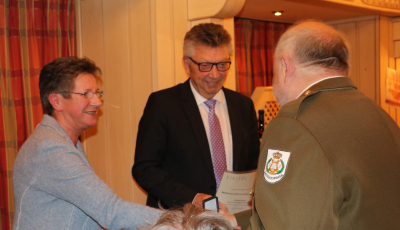 Liliane Theisen et Nico Castermans félicitant Gast Goerend pour sa médaille
